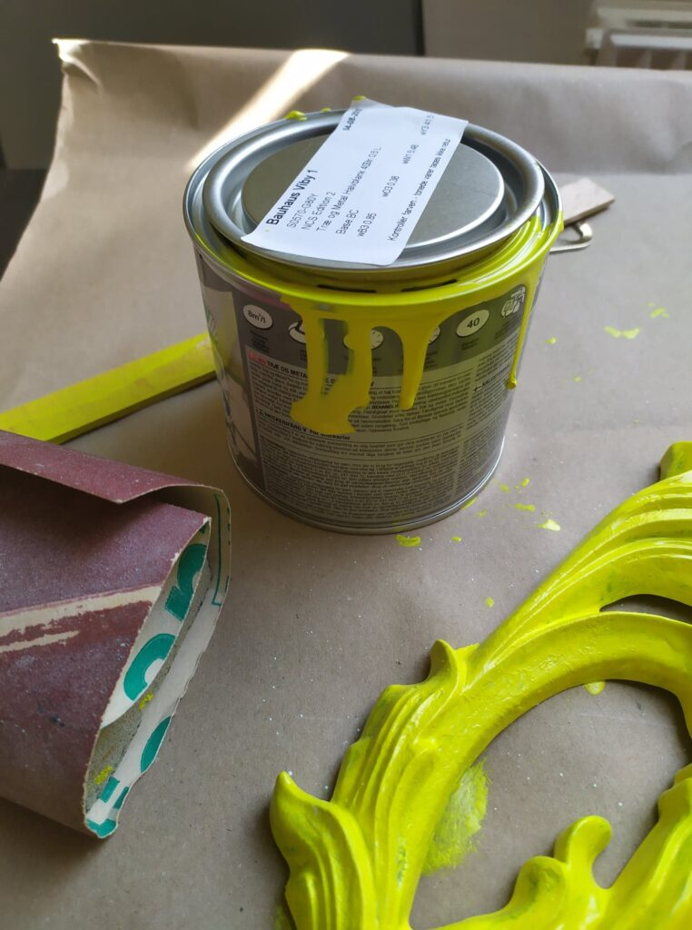 Maling af spejl i neon gul