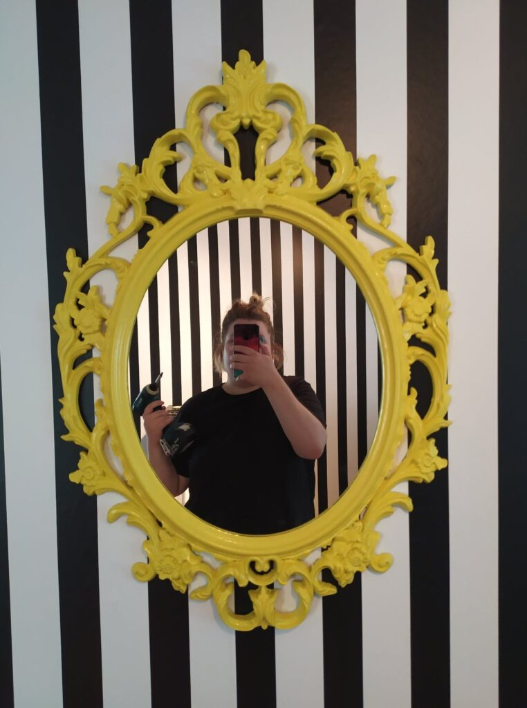 Malet spejl neon gul og stribet tapet